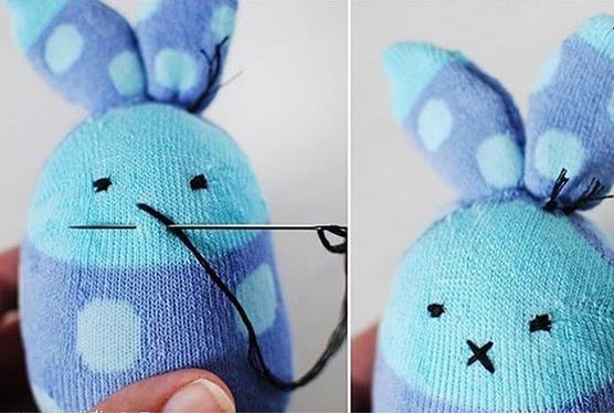 这只可爱的老鼠一只袜子就能搞定! 把棉袜子先填满棉花,然后把开口缝好;  接着把袜子的指尖那部分一剪为二,就得到小老鼠的两只耳朵喽;  最后是一些小细节的处理,比如用针线缝出布艺小老鼠的眼睛和嘴巴,用红色颜料添加点腮红什么的。
