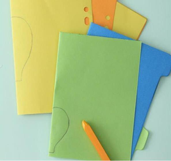 晴天自然是阳光明媚,心情好的想要飞起来一样。那就用氢气球代表一下,让你的快乐也感染别人吧。 手工材料:彩色纸、剪刀、胶水、工字钉、瓦楞纸。 幼儿园手工小制作步骤: 1 把几种不同颜色的纸叠在一起,对折。  2. 在对折处剪出热气球一半的样子。  3. 把这些按照你喜欢的颜色排列纸片,用胶棒把两个不同的颜色沿着中线依次黏贴起来。这样气球就可以立体啦。 4云彩跟气球的制作方法一样,最后剪一个长方形纸条,做氢气球的小筐即可。最后把这些做好的立体晴雨表,按着自己的喜好贴在背景板上。  晴朗的天空作为背景墙,似乎在