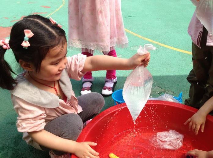 幼儿园小班案例:玩水