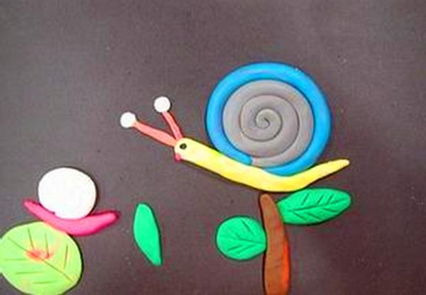 7,制作小蜗牛——请小朋友自己选颜色,并进行团圆,搓水滴形,自由进行