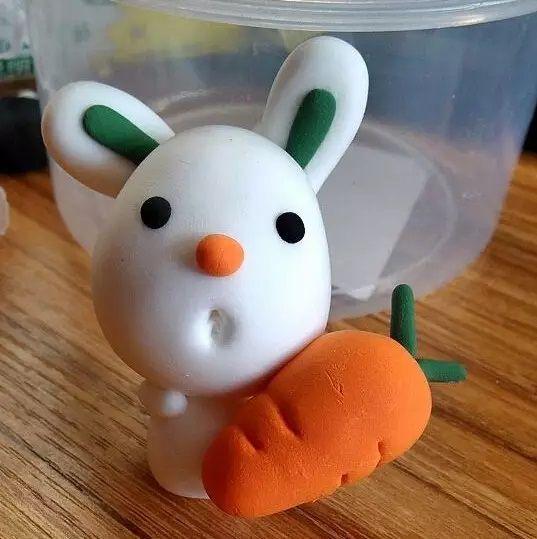 10,下面要做小白兔的腿,粘到身体两侧,最后再加上头发,超轻粘土可爱小图片