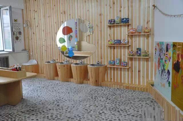 經??吹揭恍┬∨笥?,在幼兒園門口哇哇的哭,邊哭邊喊不想上幼兒園??赡苁怯X得幼兒園里面不好,或者是不想和爸爸媽媽分開,也可能是在幼兒園被人欺負了.....如果聯幼兒園的美術室都設計的很漂亮,寶貝們起碼不會因為幼兒園不美而不去了。 漂亮的美術室整體效果  富有中國民族特色的墻飾  好漂亮的洗手池,方便小朋友做完手工后清洗小手  老師和小朋友的優秀作品展示  五顏六色的紙卷作為墻飾也很獨特呢!