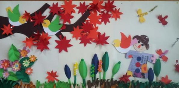 比如,我们在创设多彩的秋天主题墙饰时,先是师生共同讨论墙饰布局,然