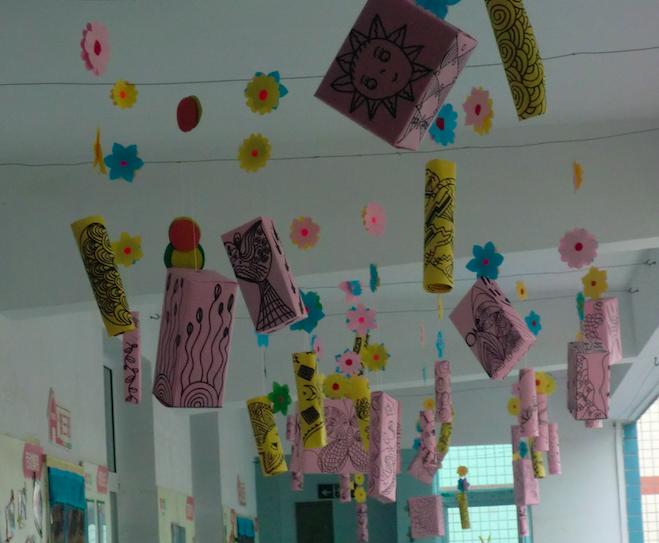 幼儿园中,好的吊坠装饰能吸引孩子的注意力,激发他们的想象力和创造力,诱导孩子对世界万物的认知。在幼儿学前教育领域有独特的作用。      抬头仰望,手绘的线条画装饰盒随风摇摆。虫吟鸟唱,花儿点点都欢聚在这个小小的空间里。五彩斑斓的颜色,惟妙惟肖的花草动物,多么热闹的小世界啊,沉侵其中,仿佛就能触及大自然最纯真的面容,拥抱晴空下的一切,聆听鸟语花香、坐沐春风化雨。     小伙伴们跟我一起来看看这独特的走廊吊饰环境吧! 青青的大草原,满眼绿色的世界,是那么生机勃勃!   太阳、蝴蝶、祥云让人