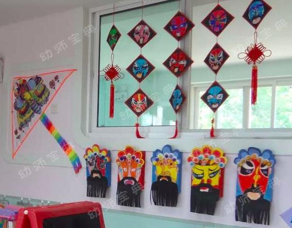 其中包含很多纸粘土作品,纸盒作品,脸谱作品等,意在让孩子们通过老师