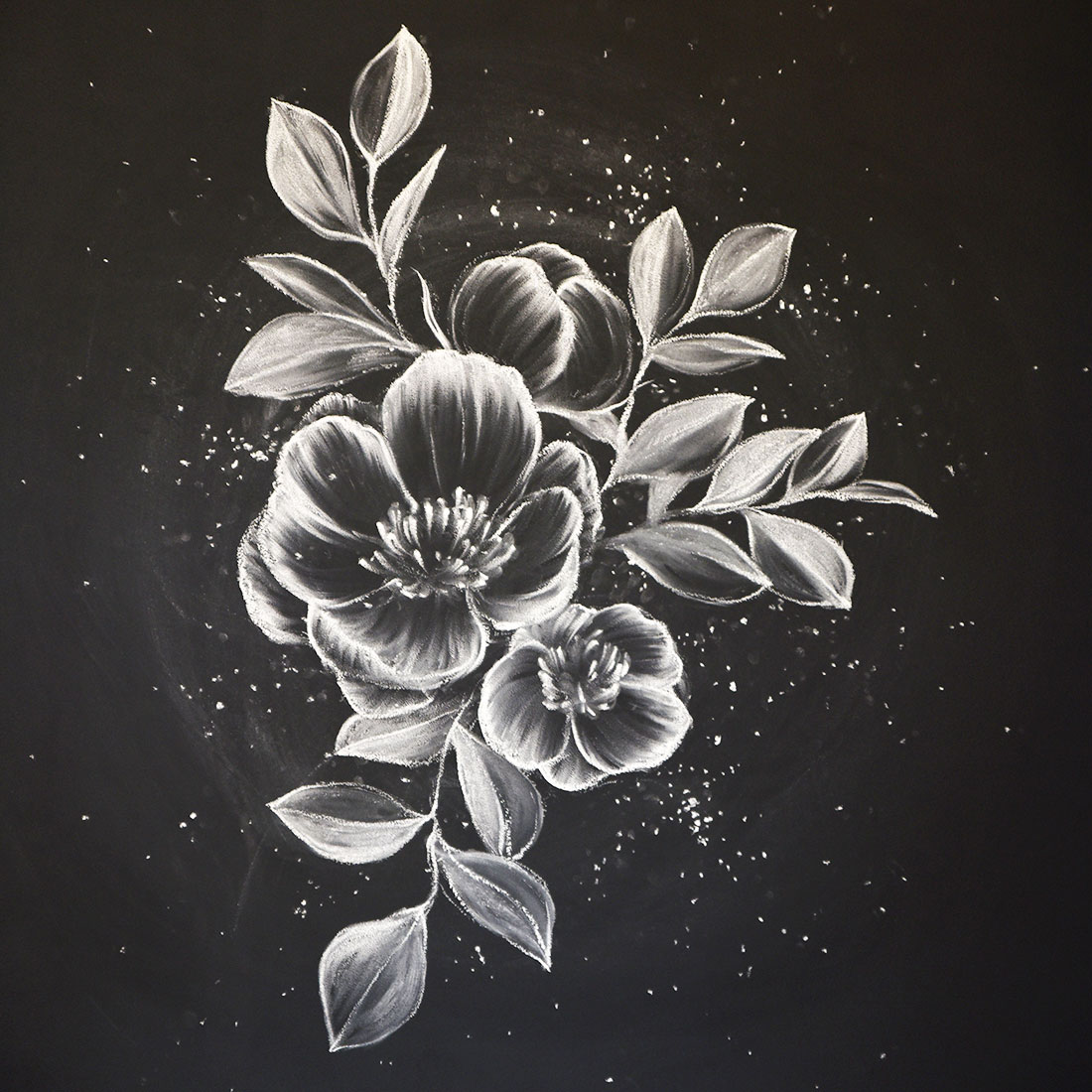 比如画向日葵,先在花瓣位置涂出黄色的色块,然后把黄粉笔磨尖,用描线
