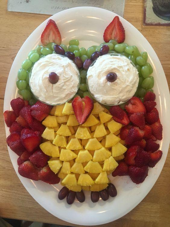 巧妙利用每个水果的造型,这个猫头鹰一定很美味~ 早餐水果拼盘,让你