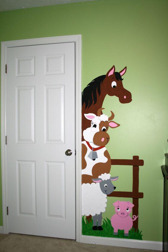 教室门装饰成农舍,谷仓的门,小动物们快乐游戏,与小朋友们一起进进出