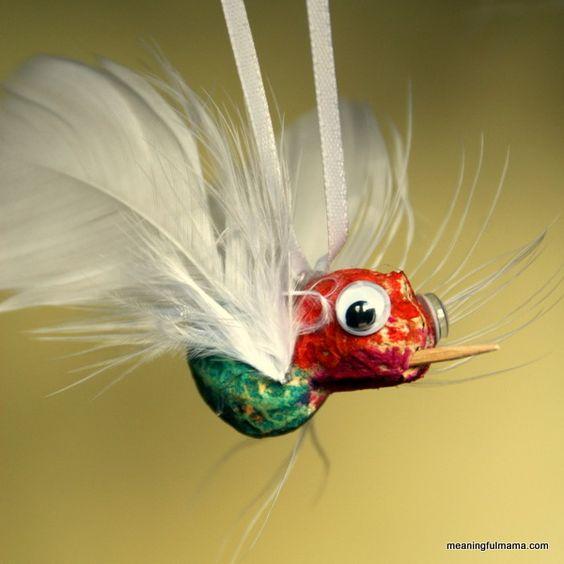 材料三:花生壳 材料说明:花生壳的形状非常适合做成花环、动物造型的吊饰等。  用颜料、彩线、牙签等给花生壳尽情设计造型吧~  将一段牙签插在花生壳顶部,用丝带或羽毛做翅膀,能做出很别致的小蜂鸟。   材料四:核桃壳 材料说明:核桃特别常见,核桃壳更是做手工、做环创的好材料。砸核桃的时候沿着中间的裂缝轻轻敲开,就能得到完好的核桃壳。 使用范围: 1 吊饰 浑圆的外形,坚硬的质地,核桃壳做成吊饰绝对很拉风。  吊绳用强力胶与核桃粘在一起。条件允许的老师可以用小手钻给核桃壳打孔,按下图所示穿好彩线和珠子,这样穿