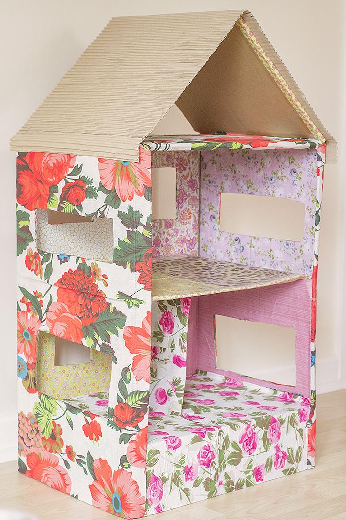 然后用纸把鞋盒包裹住,为其涂上房屋的形状.