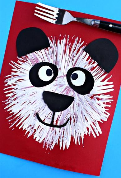 各种小动物,花朵等)让幼儿用叉子添画,也可在班级美工区设计一面涂鸦