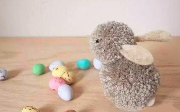 作为眼睛和小嘴巴,再用玻璃丝线添上两撇小胡须,一只超级可爱的小兔子