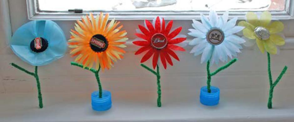 花心可以用纽扣来做;花梗自然是雪糕棒啦~做好后,把花朵插在小花盆里.