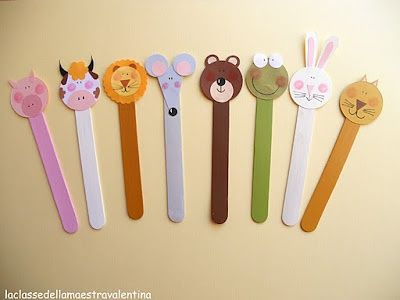 比如,用海绵纸剪出一个别致的造型,小动物,孩子姓名的首字母都可以.