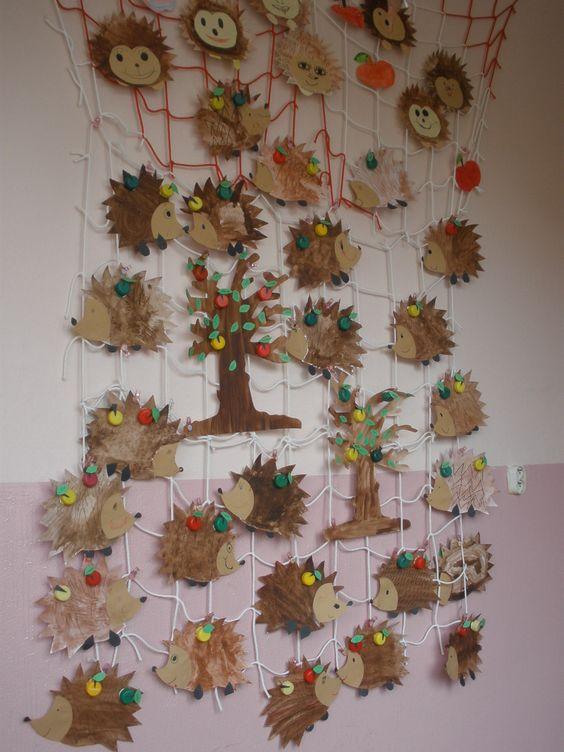 用纸箱板剪成大树,然后把落叶,树枝等自然物以及手工作品拼贴上去.