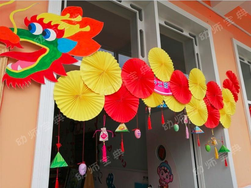 端午节是中华民族的传统节日,为了让孩子们了解端午节独特的习俗和丰富的文化内涵,老师们又开始忙碌起来,进行端午节的环境创设了。提起端午,当然少不了粽子、鸭蛋、虾散等美食,更离不开划龙舟这一主要活动,因此,我们的端午环创也就围绕龙舟、粽叶、艾草、鸭蛋、香包这些元素进行。