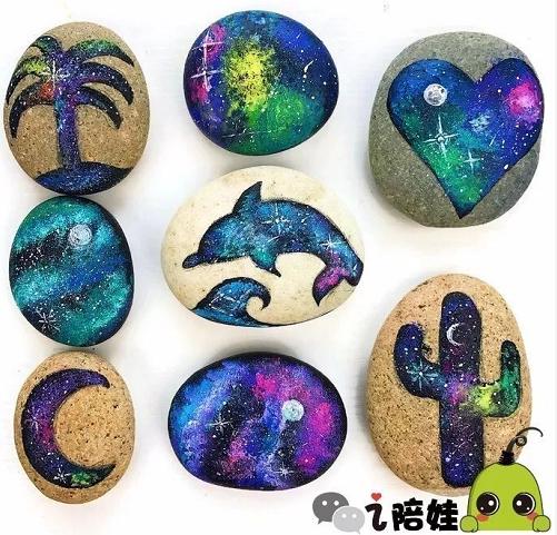 每个石头的形状都是不一样的,这也给了孩子各种开脑洞的空间,比如一块独立的小石头,妞们可以给孩子一些提示,让孩子联想小动物,比如缩头缩脑的猫头鹰,妞们还可给孩子一些动物图片作为参考,帮助孩子选择适合的颜色在石头上绘画。  不过像这样的大块石头,我们不容易获得,但小石头可以有小石头的绘画,比如一个小瓢虫。  而瓢虫的身体上的斑点,用棉签点上去就可以了。 只在一个石头上绘画,就限制了孩子的创作空间,我们可以引导孩子用石头组合成各种动物的形状来创作。比如将一块大的石头和小石头组合在一起,可以想象成鱼。更形象些的话