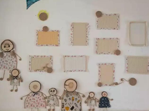 边框用格子布或是麻绳树叶等做简单装饰,按照一定规律将所有作品版