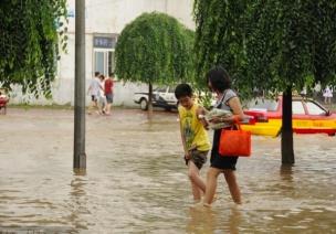 在幼儿园,暴雨红警孩子该去该留?