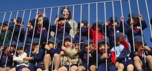 【看国外】在玩耍跌倒中学会生活