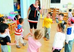 幼儿园的大班体育活动:啄木鸟捉害虫