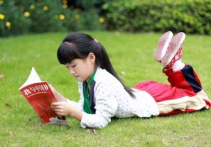 幼儿园大班绘画活动:快乐地读书