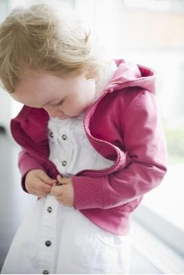小班幼儿穿脱衣服培养策略(一)