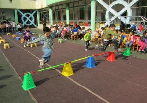 4-5岁中班跳跃类创意体育游戏-跳障碍
