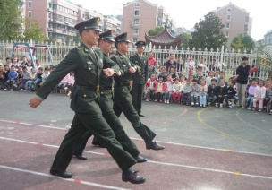 大班国防教育教案:《学做解放军》