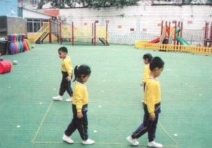 中班体育锻炼平衡游戏--踩绳走