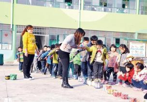 中班幼儿体育游戏—玩易拉罐