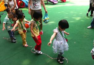 创意幼儿体育游戏—玩绳子