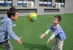 中班灵活性体育游戏—玩皮球