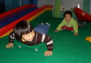 中班协调性体育游戏—玩滑板