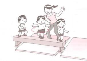 体育课游戏   5岁宝宝平衡性锻炼小游戏