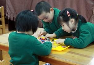 提供机会鼓励幼儿合作