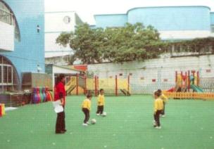 中班体育锻炼走、跑游戏--踢纸球