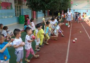 中班协调性体育游戏—玩纸球
