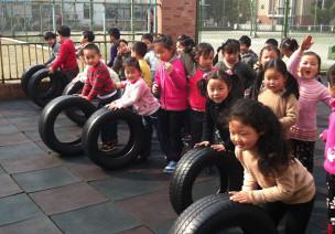 中班协调性体育游戏—玩轮胎