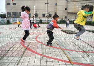 中班协调性体育游戏—玩竹竿