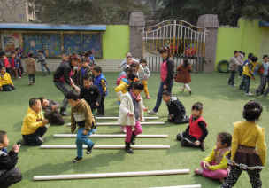 中班跳跃体育游戏—玩棍棒