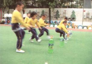 中班体育锻炼走、跑游戏--运送饮料