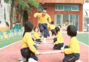 中班体育锻炼跳跃游戏--过障碍网