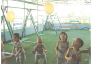 小班户外游戏--顶球