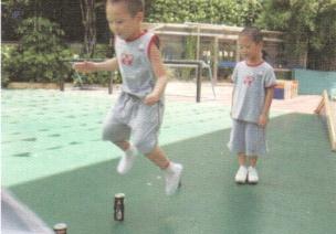 小班跳跃体育游戏--小马跳障碍