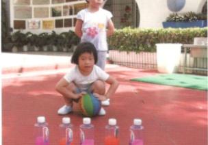 小班投掷体育游戏--打保龄球