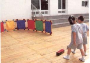 小班投掷体育游戏--好玩的纸盒
