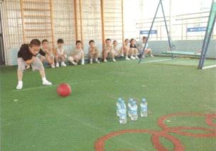 小班投掷体育游戏--球碰瓶