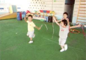 小班跑、跳体育游戏--玩彩带
