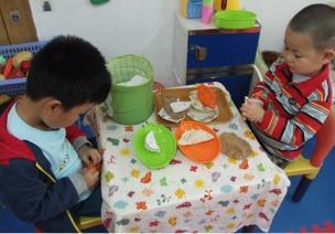 小班娃娃家活动区:做午餐材料展示